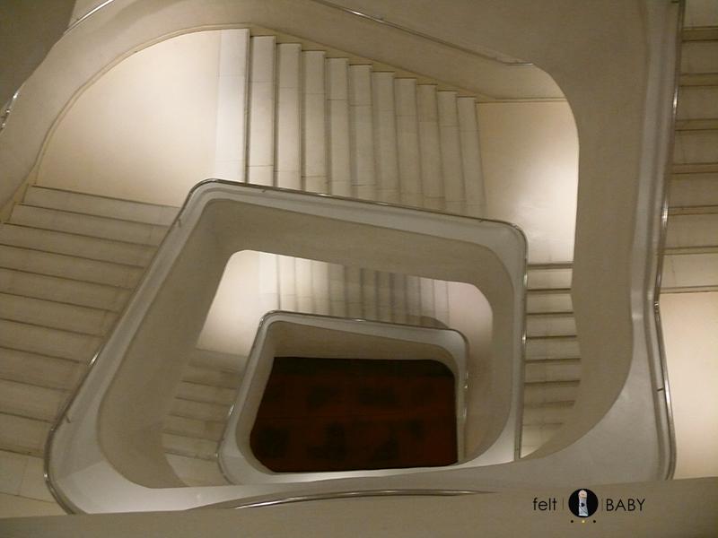 Lifestyle blog feltbaby caixaforum escaleras blancas