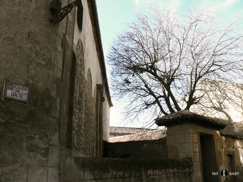 Calle daoiz y pared de piedra