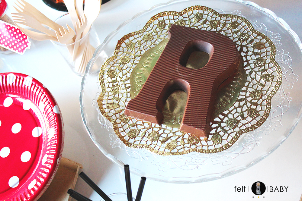 Letra gigante de chocolate para cumple de R