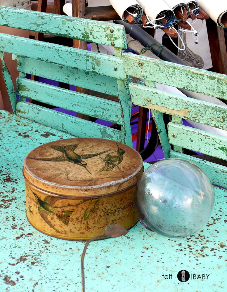 Caja y sillas vintage en mercadillo
