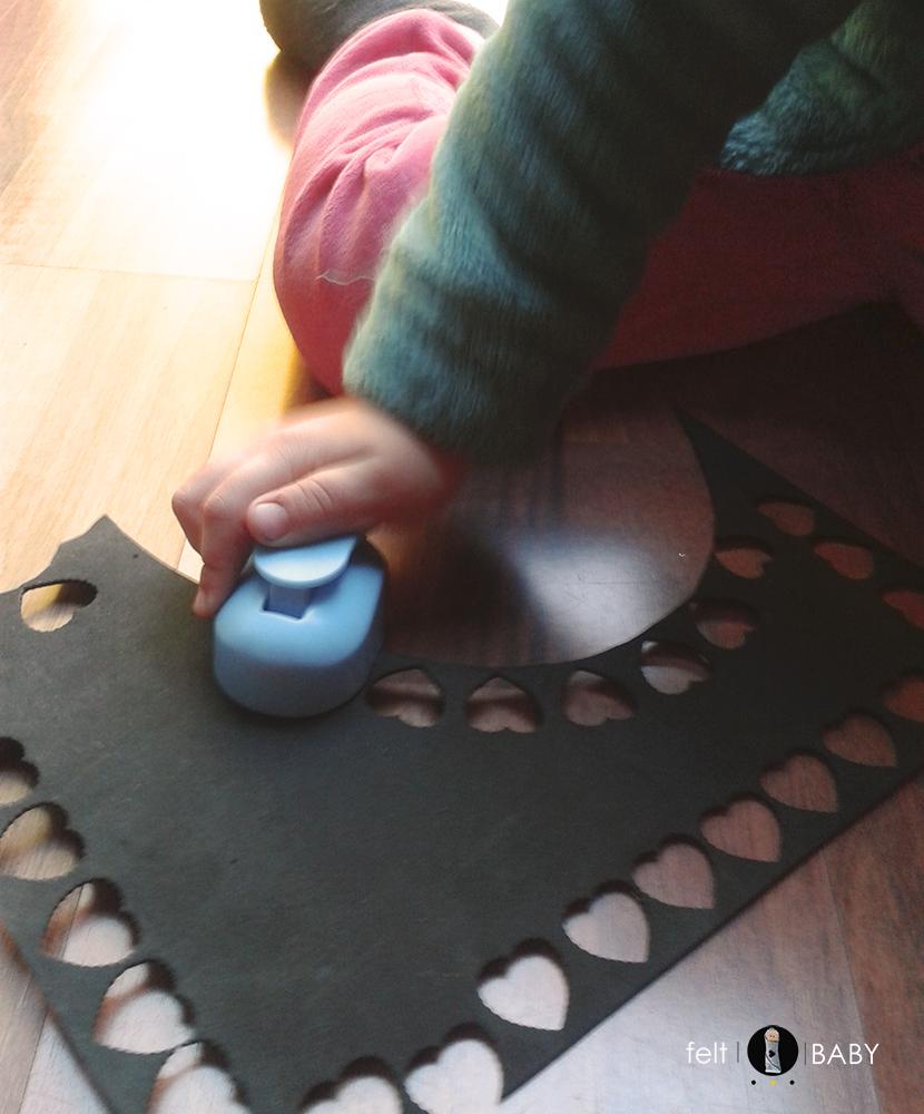 Corazones de goma eva con perforadora